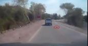 بالفيديو.. حادث مروع.. طفل رضيع يسقط من سيارة والديه على الطريق السريع