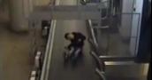 طفل صغير يثير الذعر في مطار موسكو!