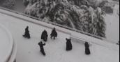 بالفيديو.. رهبان الفرنسيسكان في القدس يلعبون بكرات الثلج
