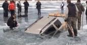 شاهد عملية انقاذ سيارة سقطت ببحيرة متجمدة على الطريقة الروسية