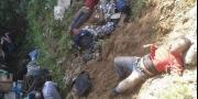 بالصور...عشرات القتلى والجرحى في انقلاب حافلة في نيبال بينهم ...