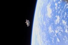 """بدلة فضاء """"تحلّق"""" حرّة حول الأرض !"""