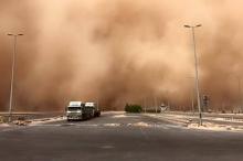 بالصور - عاصفة رملية شديدة تحول نهار السعودية إلى ليل