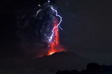 صور مرعبة لثوران بركانين في تشيلي