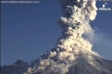 """بالفيديو.. مشهد مُهيب لحظة انفجار بركان """"النار"""" في المكسيك"""