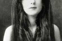 «إيفلين نسبيت» أول عارضة أزياء في العالم