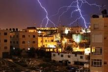 العواصف الرعدية ترسم لوحات جميلة في سماء فلسطين الليلة الماضية