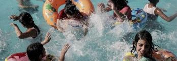 """""""اللهو الممرض"""" برك السباحة في غزة...أمراض تطفو على أجساد روادها!!"""