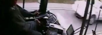 بالفيديو... شاهد ما حدث بعد نوم سائق حافلة خلال القيادة