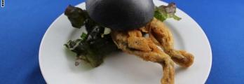 """مقهى في اليابان يقدم """"برغر ضفدع"""" وحلوى من بيضه"""