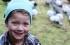 بالصور: غربان تأتي بالهدايا لطفلة أطعمتها من قبل