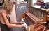 رجل بريطاني يعيش 20 عاما في الشارع بجانب البيانو الخاص به